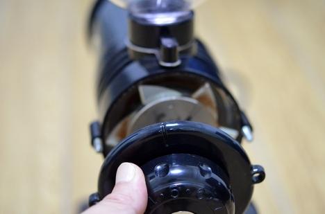 フジローヤルコーヒーミル-みるっこDX-R-220-25-分解清掃-ダイヤルを外す