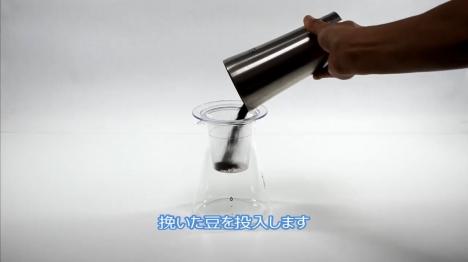 本格的な点滴スタイルの水出しアイスコーヒーを淹れる 2 フィルターをセット